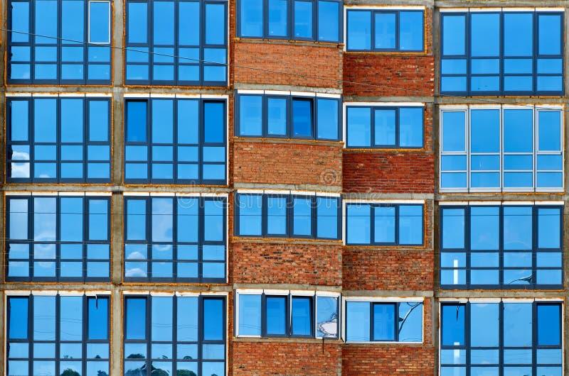 parede azul moderna das janelas de vidro do prédio de escritórios foto de stock royalty free