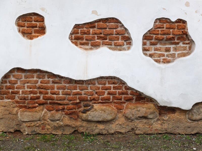 Parede branca com com os tijolos e as pedras alaranjados imagem de stock royalty free