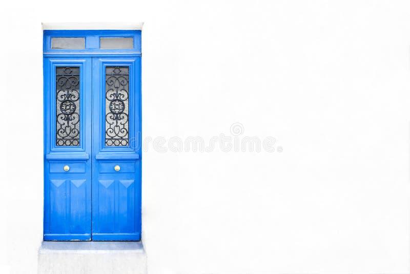 Parede branca da casa com uma porta de madeira fechado em Paris, França Adicione seu texto fotos de stock