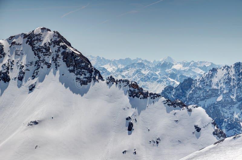 Parede branca da rocha em montanhas de Wetterstein e em cumes irregulares de Stubai fotografia de stock royalty free