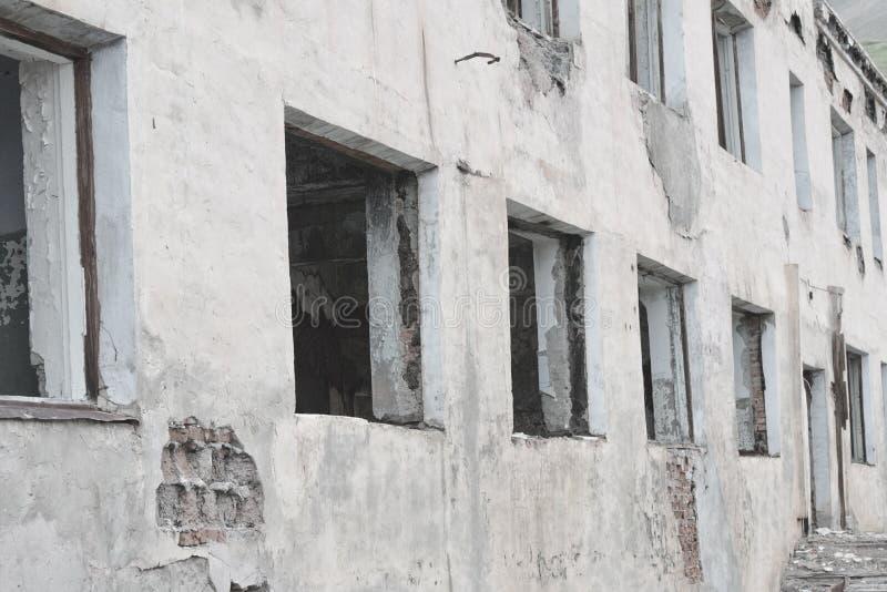 Parede branca de uma construção abandonada Windows quebrado imagem de stock