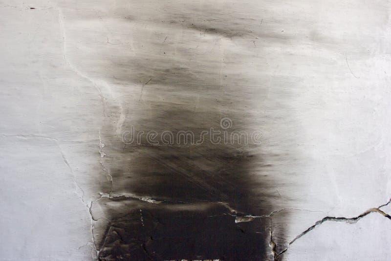 Parede branca do forno na fuligem preta, marca carbonizada foto de stock royalty free