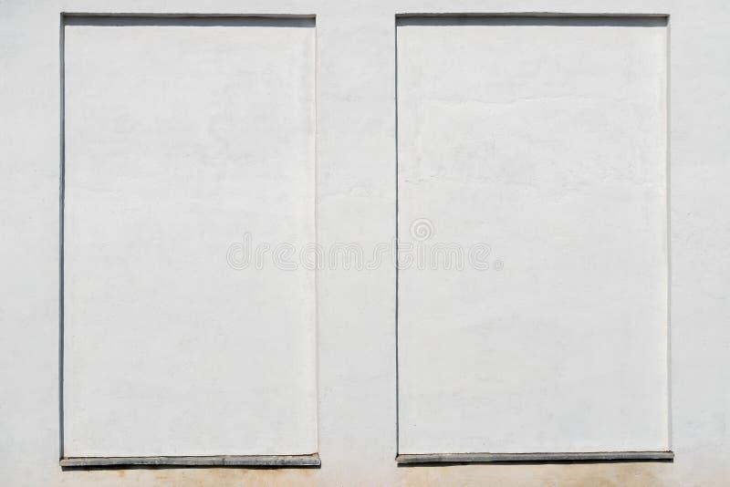Parede branca resistida do estuque com um quadro do estuque fotos de stock