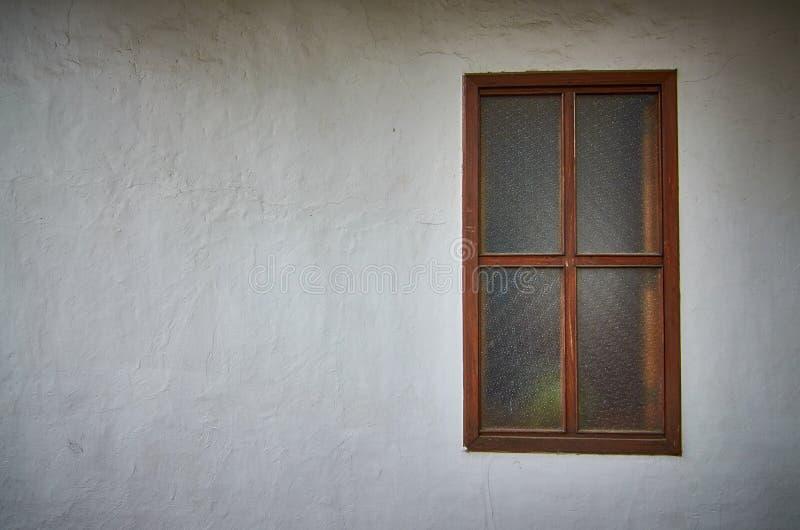 Parede branca velha com janela fotos de stock
