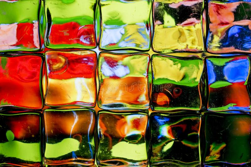 Parede brilhantemente colorida do bloco de vidro foto de stock
