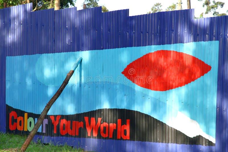 Parede brilhantemente pintada em África imagem de stock