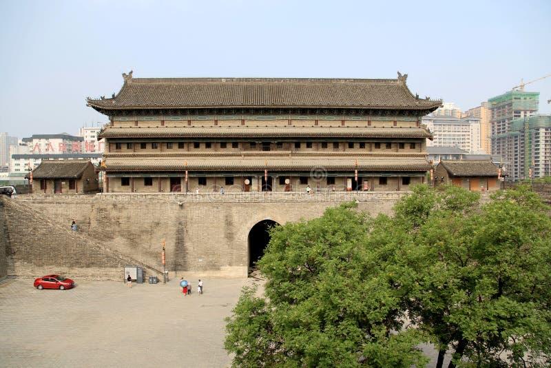 Parede chinesa e porta da cidade antiga na cidade de Xian imagem de stock royalty free