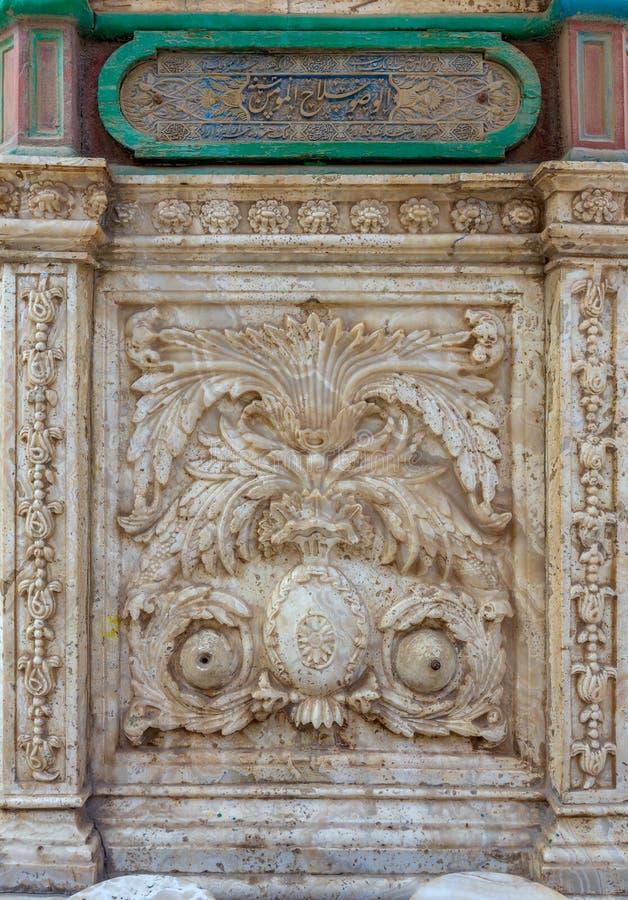 Parede cinzelada de mármore branca da fonte da ablução no pátio da grande mesquita de Muhammad Ali Pasha, citadela do Cairo, Egit imagem de stock