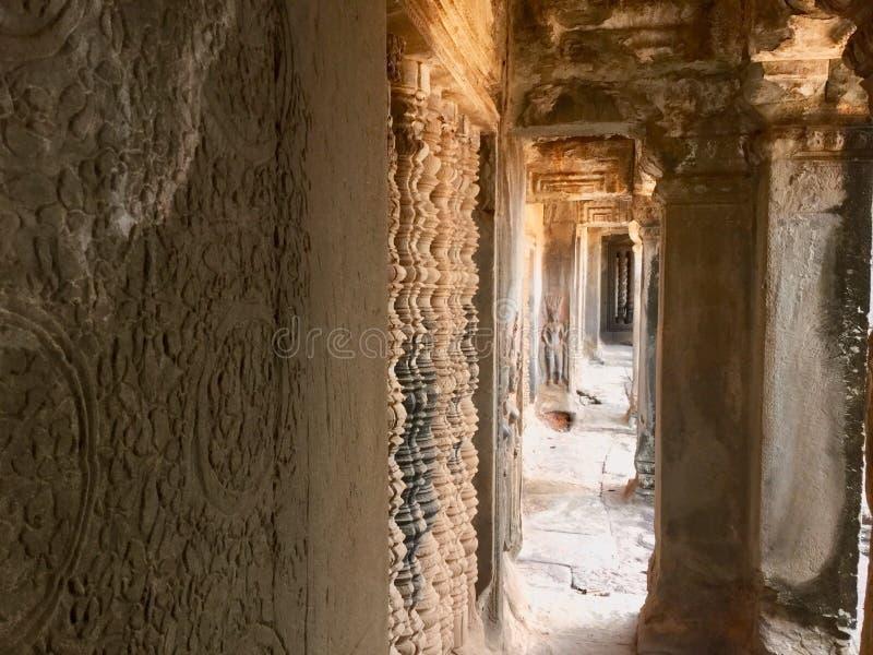Parede cinzelada pedra Angkor interno Wat Templo Hindu cambodia fotografia de stock royalty free