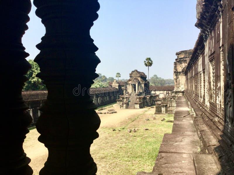 Parede cinzelada pedra Angkor Wat Templo Hindu cambodia fotografia de stock
