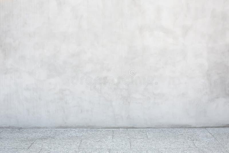 A parede cinzenta do cimento com pedra vazia telhou o assoalho imagem de stock royalty free