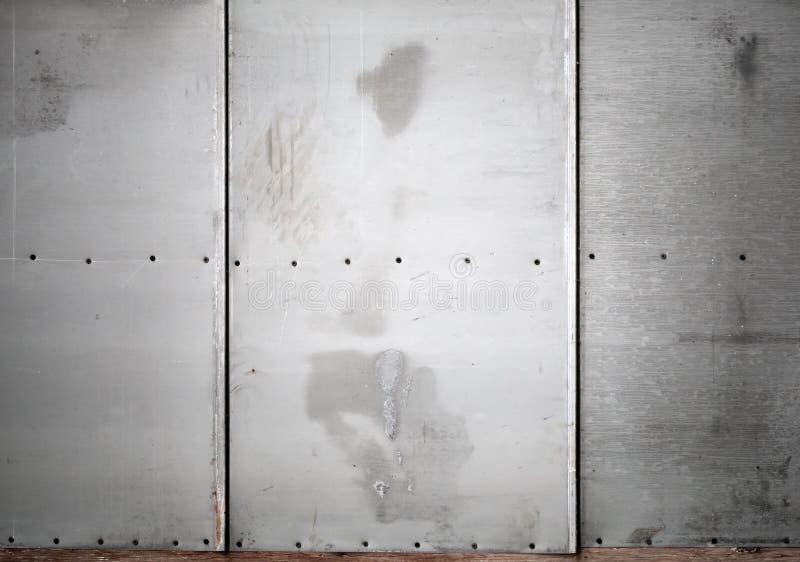 Parede cinzenta do metal com textura do fundo dos parafusos fotos de stock