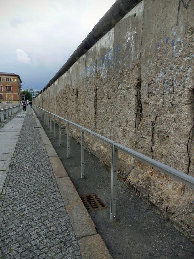 A parede cinzenta em Berlim, símbolo da guerra fria entre o leste e ocidental, Alemanha imagem de stock royalty free