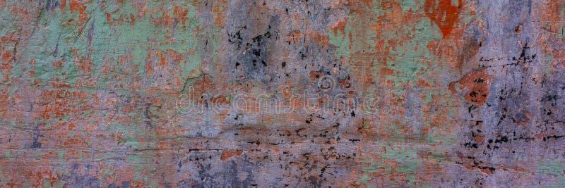 A parede coberta com o cimento de desintegra??o velho multi-coloriu o emplastro imagens de stock