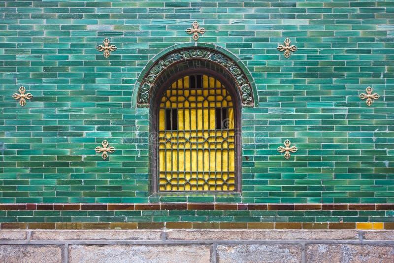 Parede colorida com azulejos e a janela vitrificados do quadro do metal imagem de stock