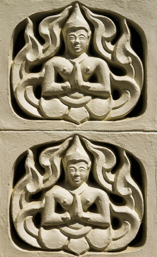 A parede com anjo reza para os deuses no templo tailandês imagens de stock