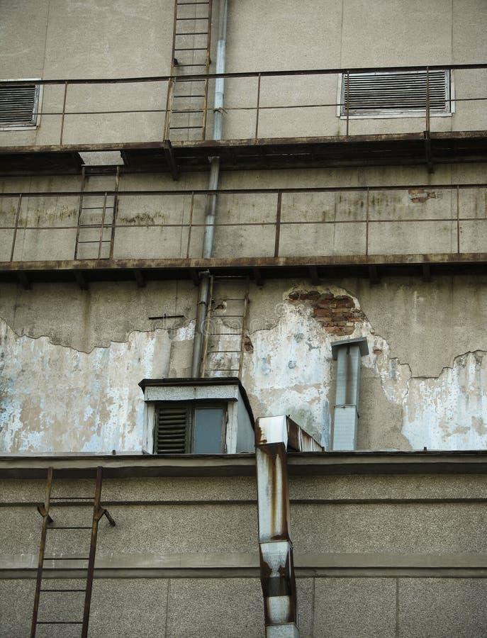 Parede com o telhado velho da construção foto de stock