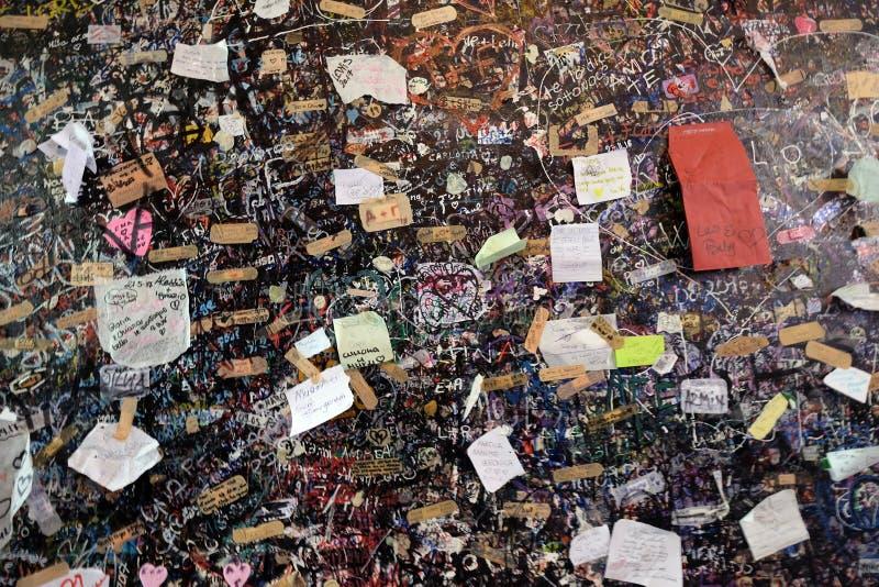 Parede completamente das mensagens dos amantes na casa de Juliet em Verona imagens de stock