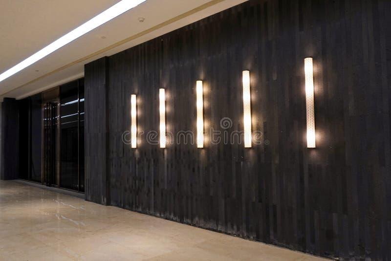 A parede conduziu o corredor de construção comercial do corredor da entrada fotos de stock