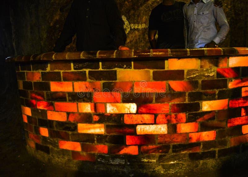 Parede contrária construída com as telhas coloridas de sal na mina de sal de Khewra imagens de stock royalty free