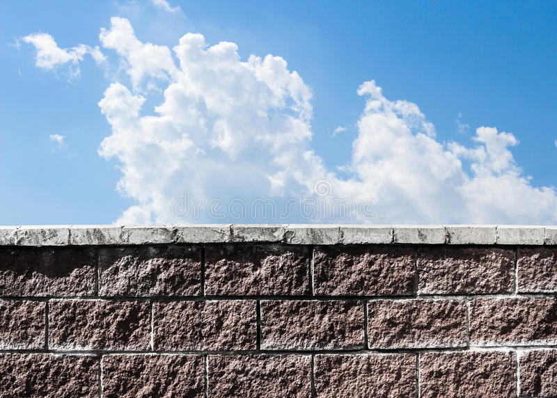 Parede contra o céu imagens de stock royalty free