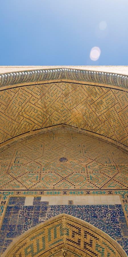 Parede da abóbada do teto na entrada à mesquita Abóbada da mesquita, ornamento orientais de Bukhara, Usbequistão imagens de stock