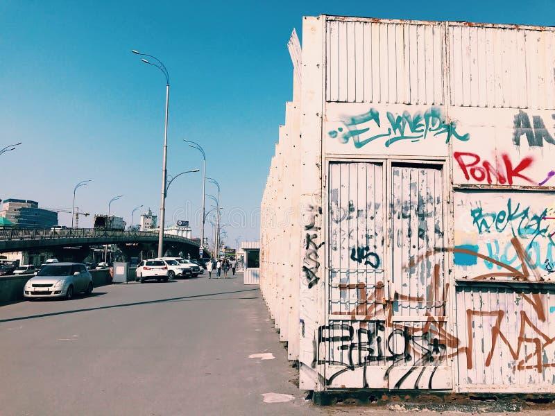 Parede da arte da rua, grafitti em uma cidade grande na ponte fotos de stock royalty free