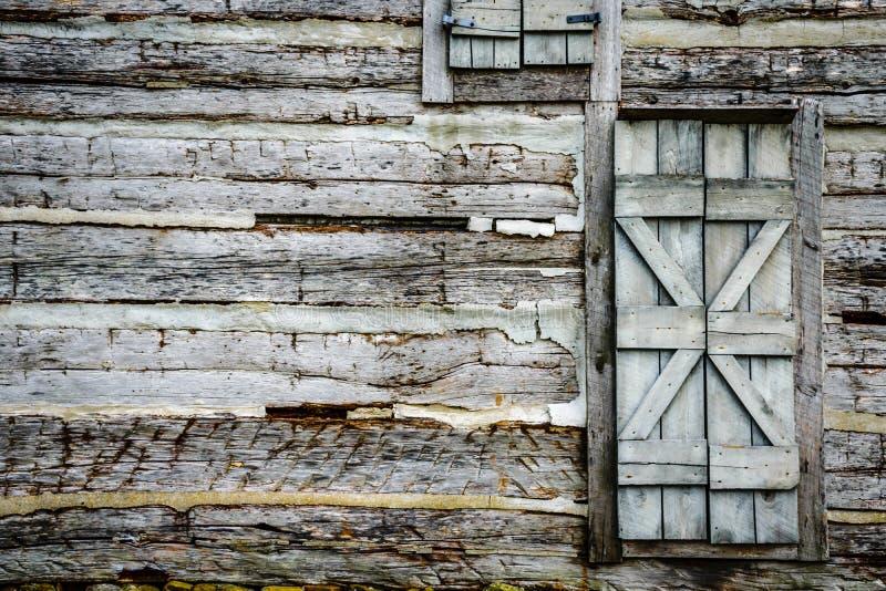 Parede da cabana rústica de madeira com porta rústica imagens de stock royalty free