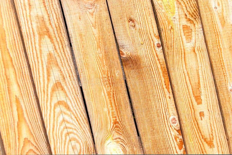 Parede da casa feita de placas de madeira inclinados fotografia de stock royalty free