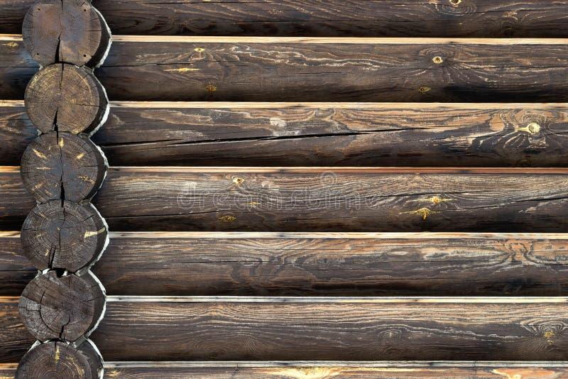 Parede da casa da madeira dos logs de madeira Fundo com espa?o da c?pia Opinião dianteira do close-up com interseção de canto no  imagens de stock