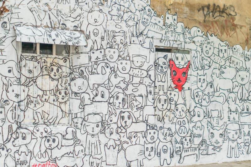 Parede da casa velha do vintage com grafittis simples do gato e do cão fotos de stock royalty free