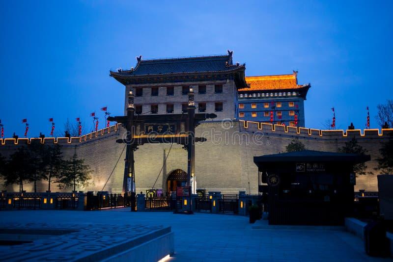 A parede da cidade antiga Xi do `, China, que foi construída do em cima para o tiro ao arco O nome da torre de vigia imagens de stock royalty free