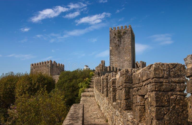 A parede da cidade e a torre de Obidos, Portugal foto de stock