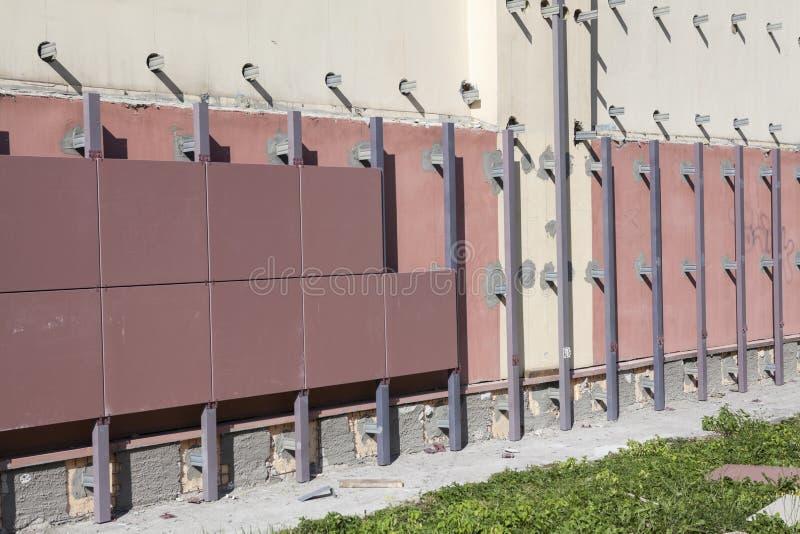 Parede da construção com a fachada ventilada sob a construção fotos de stock