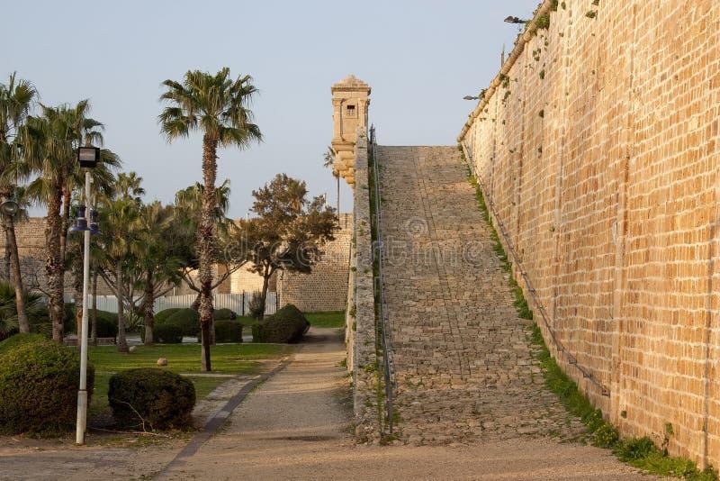 A parede da fortaleza com uma torreta no estilo oriental fotos de stock royalty free