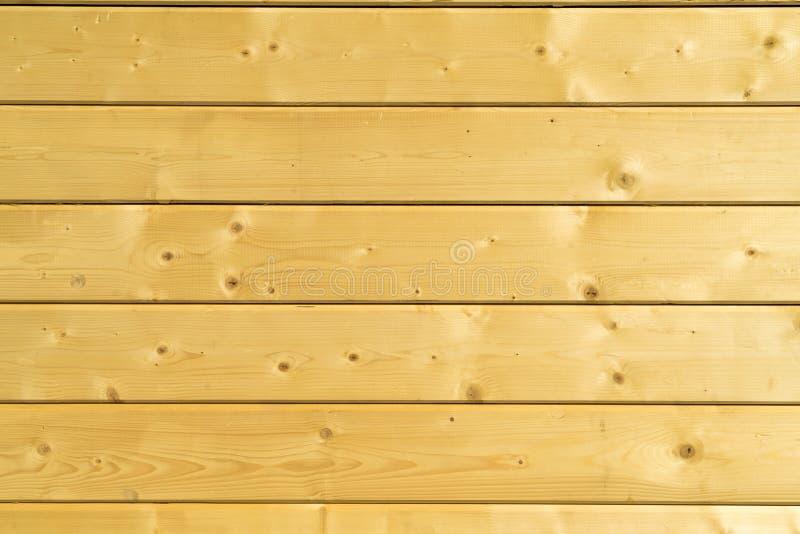 Parede da foto de uma casa de madeira feita de feixes de madeira foto de stock