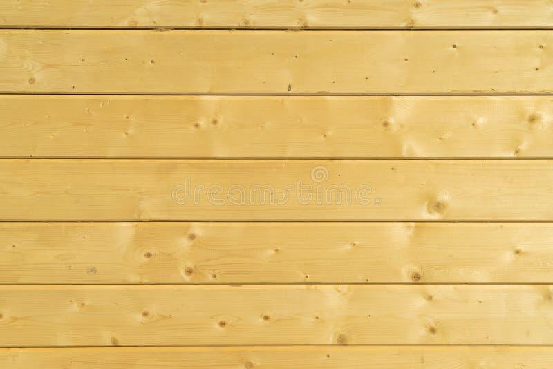 Parede da foto de uma casa de madeira feita de feixes de madeira fotos de stock royalty free