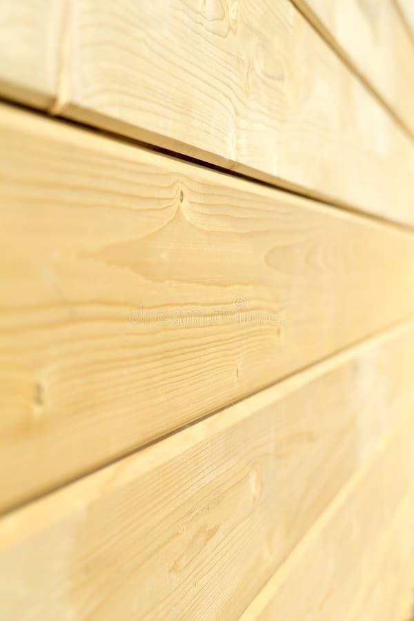 Parede da foto de uma casa de madeira feita de feixes de madeira foto de stock royalty free