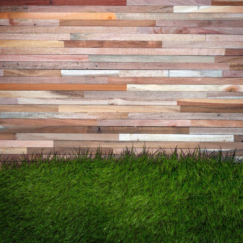 Parede da grama e da madeira, fundo natural fotos de stock