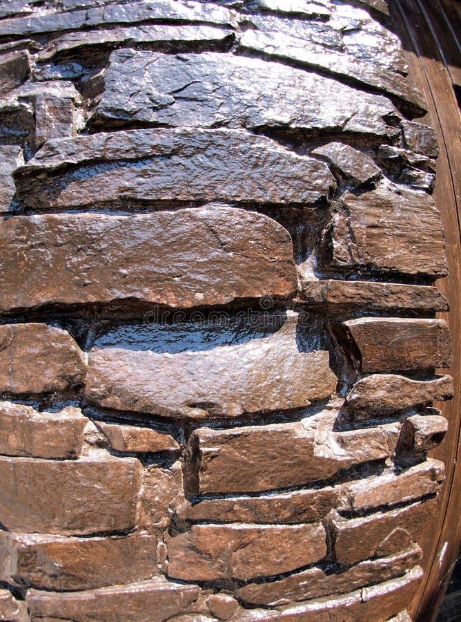 A parede da grande pedra natural, pintura marrom pintada fotos de stock royalty free