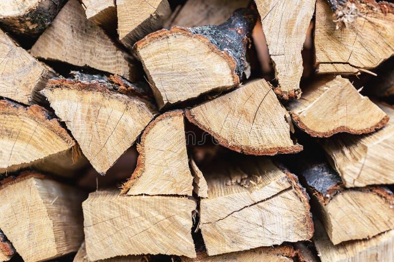 Parede da pilha da lenha A pilha de madeira preparou-se para o inverno e o tempo frio Seque a madeira de carvalho desbastada Text imagens de stock