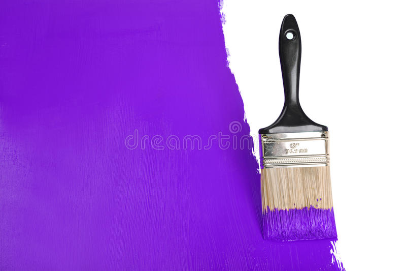 Parede da pintura da escova com pintura roxa imagens de stock royalty free