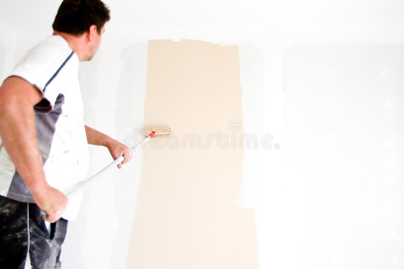 Parede da pintura do pintor em casa foto de stock