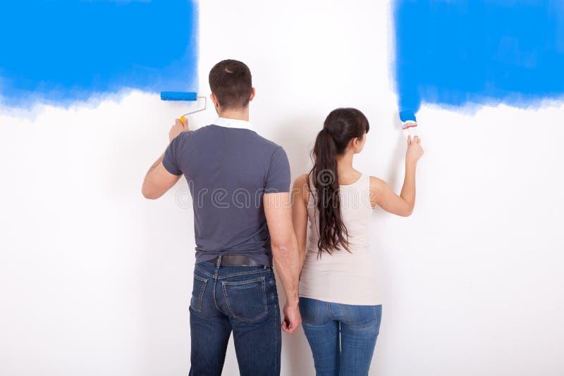 Parede da pintura dos pares em casa fotos de stock royalty free
