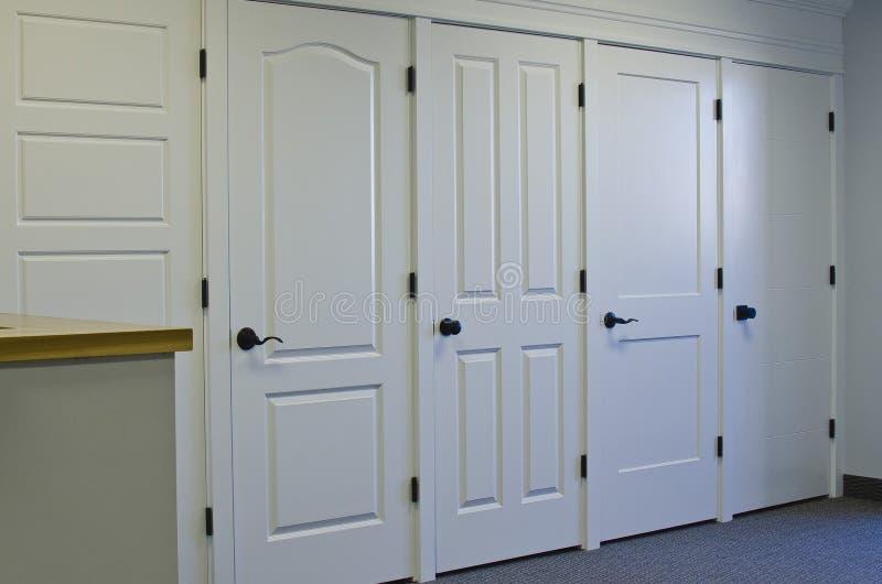 A parede da porta na parte dianteira da sala de exposições imagens de stock royalty free