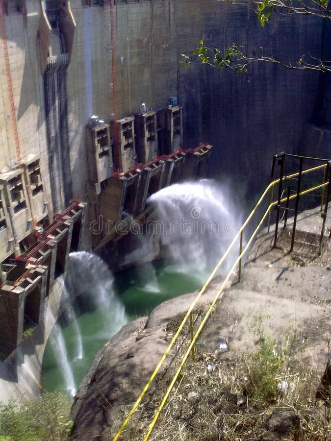 Parede da represa com águas do tiro imagem de stock royalty free