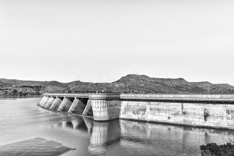 Parede da represa de Vanderkloof no rio alaranjado monocromático fotografia de stock