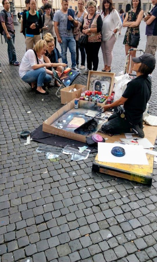 Parede da rua art Uma mulher talentoso mostra orgulhosamente seu trabalho de pintura a suas audiências foto de stock