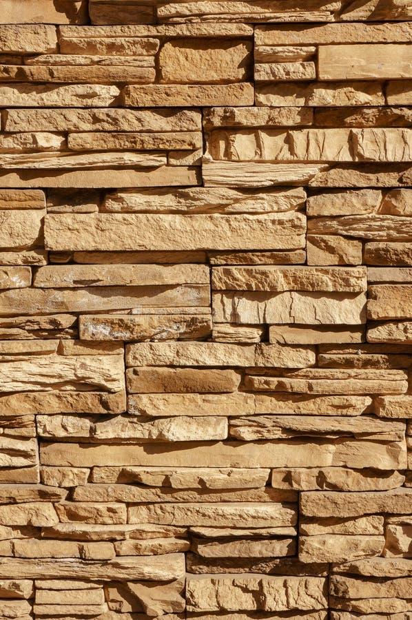 A parede da telha do tijolo da pedra da rocha tem uma cor marrom de creme do sepia detalhado da textura do fundo empilhada nas ca fotografia de stock royalty free