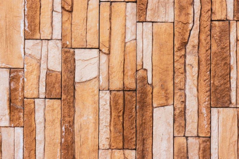 A parede da telha do tijolo da pedra da rocha tem uma cor marrom de creme do sepia detalhado da textura do fundo empilhada nas ca imagem de stock royalty free